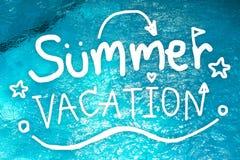 Vacanza di estate Tiraggio della mano delle vacanze estive sul fondo della piscina Concetto dell'insegna di scarabocchio fotografia stock libera da diritti
