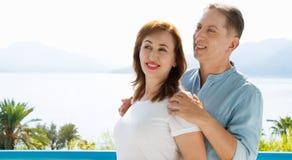 Vacanza di famiglia di estate Coppie invecchiate medie felici divertendosi sul fine settimana di feste di viaggio Fondo della spi immagini stock libere da diritti