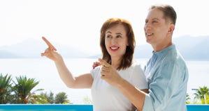 Vacanza di famiglia di estate Coppie invecchiate medie felici divertendosi sul fine settimana di feste di viaggio Fondo della spi fotografie stock
