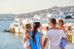 Vacanza di famiglia in Europa Genitori e bambini su poco fondo di Venezia sull'isola di Mykonos, in Grecia fotografia stock