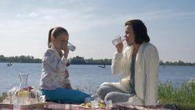 Vacanza di famiglia felice, ritratto di giovane femmina con la limonata della bevanda della ragazza del bambino durante il resto  stock footage