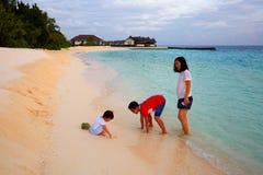 Vacanza di famiglia, isola di Vittaveli, Maldive immagini stock