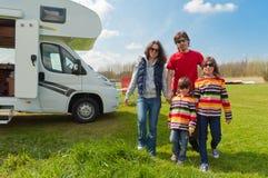 Vacanza di famiglia nel campeggio, viaggio del motorhome Fotografia Stock
