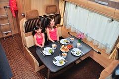 Vacanza di famiglia, viaggio di festa di rv, i bambini sorridenti felici viaggiano sul campeggiatore, interno del motorhome Fotografia Stock