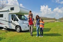 Vacanza di famiglia, viaggio di rv con i bambini, i genitori felici con i bambini in vacanza scattano nel motorhome Immagine Stock Libera da Diritti