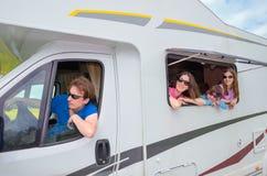 Vacanza di famiglia, viaggio di rv con i bambini, i genitori felici con i bambini si divertono sul viaggio di festa nel motorhome immagini stock