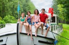 Vacanza di famiglia, viaggio sulla scialuppa in canale, i bambini felici che si divertono sulla crociera del fiume scattano immagini stock libere da diritti