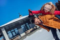 Vacanza di inverno Della famiglia di tempo cappello di trasporto della tenuta della figlia del padre insieme all'aperto sul primo immagine stock