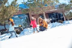 Vacanza di inverno Tempo della famiglia all'aperto che gioca insieme le palle di neve allegre fotografie stock