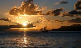 Vacanza di navigazione nei raggi di tramonto. Fotografie Stock