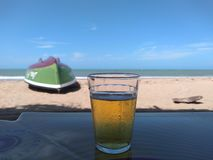 Vacanza e birra sulla spiaggia fotografia stock libera da diritti