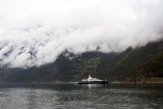 Vacanza e viaggio di turismo Piccolo yacht con le montagne e fiordo Nærøyfjord in Gudvangen, Norvegia, Scandinavia Fotografia Stock Libera da Diritti