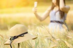Vacanza estiva di spesa della donna nel campo dell'orzo Fotografia Stock