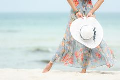 Vacanza estiva Fine sulla mano che tiene grande cappello bianco Viaggi d'uso di estate di modo della donna di stile di vita che s fotografia stock