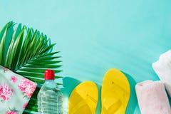 Vacanza estiva Fondo di vacanza con gli accessori della spiaggia fotografie stock libere da diritti