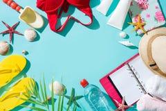 Vacanza estiva Fondo di vacanza con gli accessori della spiaggia fotografia stock