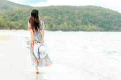 Vacanza estiva Freddo della donna di stile di vita che tiene grande cappello bianco e che indossa i viaggi di estate di modo che  fotografia stock