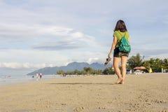 Vacanza estiva godente turistica femminile ad una spiaggia Fotografia Stock Libera da Diritti
