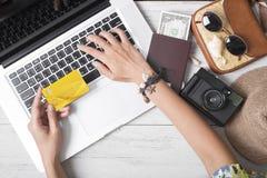 Vacanza estiva, la gente della mano che tiene prenotazione online della carta di credito Fotografie Stock Libere da Diritti
