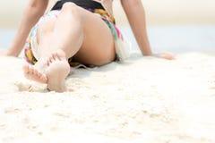 Vacanza estiva Viaggi d'uso sorridenti di estate di modo del bikini della donna asiatica di stile di vita che si siedono e che gi fotografia stock libera da diritti