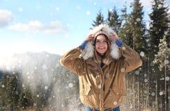 Vacanza felice di inverno di spesa della giovane donna Spazio per testo fotografia stock