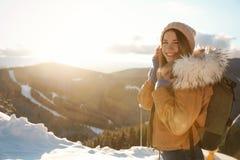 Vacanza felice di inverno di spesa della giovane donna Spazio per testo immagine stock