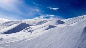 Vacanza invernale nelle montagne delle alpi sotto cielo blu immagine stock libera da diritti