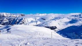 Vacanza invernale nelle montagne delle alpi sotto cielo blu fotografie stock libere da diritti