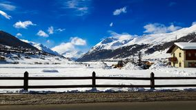 Vacanza invernale nelle montagne di Akps sotto cielo blu Immagini Stock Libere da Diritti