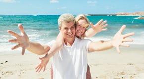 Vacanza in mare uomo allegro e donna alla spiaggia immagine stock libera da diritti