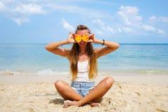 Vacanza perfetta Giovane donna sulla spiaggia dell'isola di Formentera La giovane bella arancia di modello divertente della tenut fotografia stock