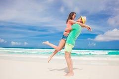 Vacanza romantica degli amanti alla spiaggia tropicale honeymoon Fotografia Stock Libera da Diritti