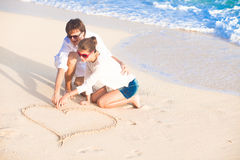 Vacanza romantica degli amanti su una spiaggia tropicale. Fotografie Stock
