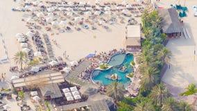 Vacanza soleggiata nel Dubai Spiaggia con i turisti Vista da un'altezza stock footage