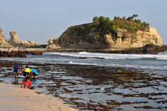 Vacanza in spiaggia di Klayar, Pacitan Immagini Stock Libere da Diritti