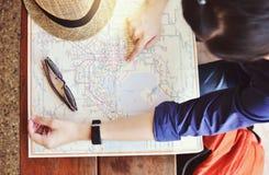 Vacanza turistica di pianificazione con la mappa Fotografia Stock
