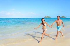 Vacanze della spiaggia - feste felici in Hawai Fotografia Stock