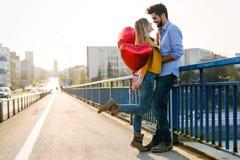 Vacanze estive, celebrazione e concetto di datazione - coppia felice immagine stock libera da diritti