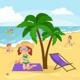 Vacanze estive dei bambini Bambini che giocano sabbia intorno all'acqua sulla spiaggia Fotografia Stock