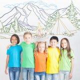 Vacanze estive del fuoco di accampamento e di campeggio, gruppo di bambini al campo della montagna Fotografie Stock
