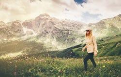 Vacanze estive di concetto di stile di vita di viaggio di alpinismo della giovane donna all'aperto Fotografia Stock Libera da Diritti