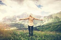 Vacanze estive di concetto di stile di vita di viaggio di alpinismo della giovane donna all'aperto Immagini Stock Libere da Diritti