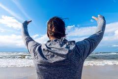 Vacanze estive Donna con le sue mani su sulla spiaggia che indossa uno PS fotografie stock