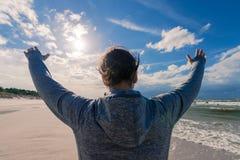 Vacanze estive Donna con le sue mani su sulla spiaggia che indossa uno PS fotografia stock libera da diritti
