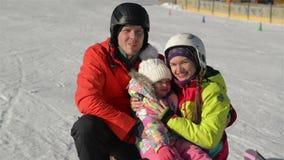 Vacanze invernali felici di spesa della famiglia insieme Hanno molto sorridere di divertimento archivi video