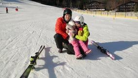 Vacanze invernali felici di spesa della famiglia insieme Hanno molto sorridere di divertimento video d archivio