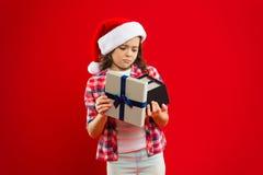 Vacanze invernali felici Piccola ragazza seria Presente per natale Infanzia Acquisto di natale, idea per il vostro disegno Bambin immagini stock libere da diritti