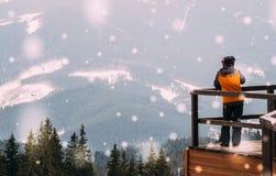 Vacanze invernali nelle montagne Panorama della valle della montagna Fotografie Stock Libere da Diritti