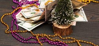 Vacanze invernali Un regalo sotto forma di contanti sotto l'albero di Natale immagine stock