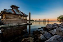 Vacation湖客舱沿海地带日落日出 库存图片